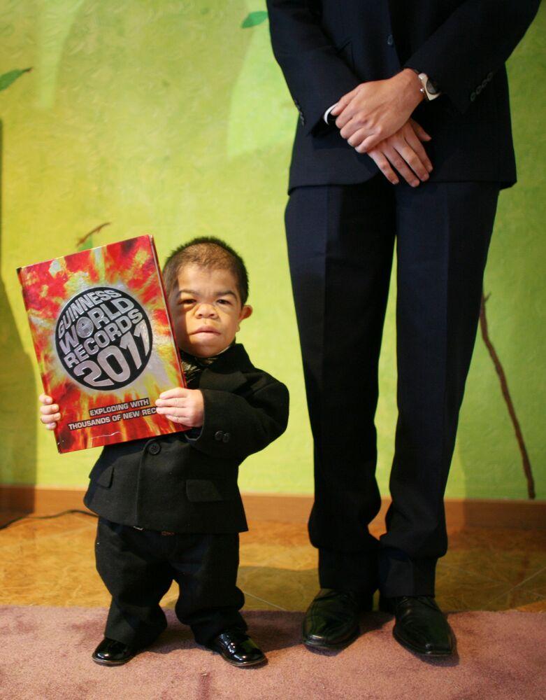 إدوارد نينو هرنانديز، 24 عاما، من كولومبيا، يُعرف بأنه أصغر رجل في العالم، 2010