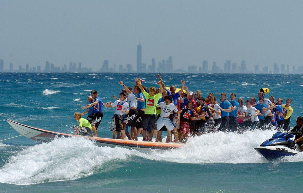 أطول لوح لركوب الأمواج في العالم، يركبه 47 شخصا، ساحل غولد كوست في أستراليا، عام 2005