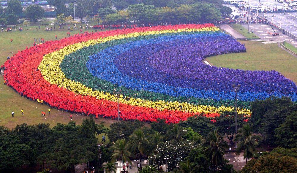 قام حوالي 31 ألف طالب ومدرس وخريج من جامعة الفلبين للفنون التطبيقية بإنشاء قوس قزح بشري في حديقة مانيلا المركزية، الفلبين عام 2004