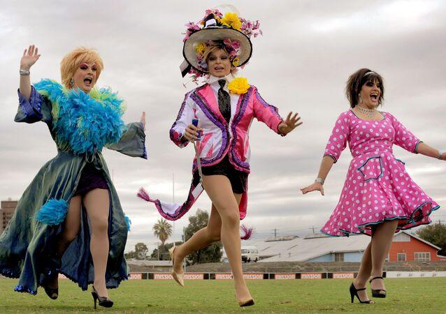 الأخوات الذكور في ملبورن على وشك الانضمام إلى باقي مسيرة لـأكبر عدد من الناس يركضون مرتدين الكعب العالي، عام 2010