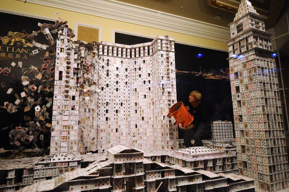 بريان بيرغ يخرب مدينة صنعها من ورق اللعب (218،792 ورقة) لمبنى الكازينو والفندق في ماكاو، عام 2010