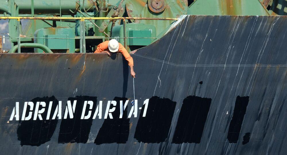 أحد أفراد الطاقم يتفقد الاسم الجديد لناقلة النفط الإيرانية أدريان داريا، المعروفة سابقًا باسم غريس 1، قبالة ساحل جبل طارق في 18 أغسطس 2019