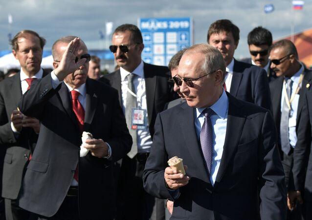 الرئيس الروسي فلاديمير بوتين والرئيس التركي رجب طيب أردوغان يشتريان آيس كريم في معرض ماكس 2019 للطيران الجوي في مطار جوكوفسكي في ضواحي موسكو، 27 أغسطس/ آب 2019