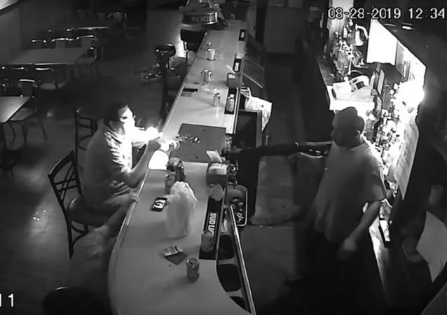 رجل يتحدى مسلح في حانة