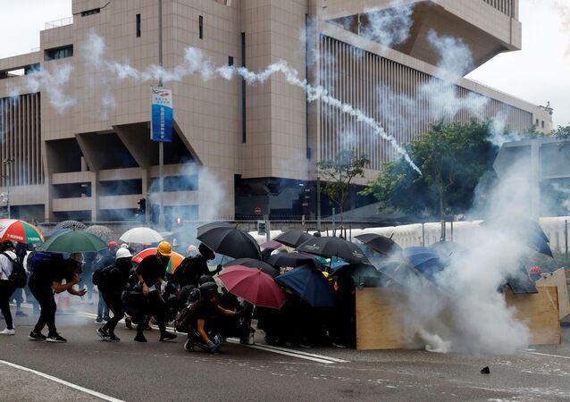 شرطة هونج كونج تطلق الغاز المسيل للدموع ومدافع الماء لتفريق المحتجين