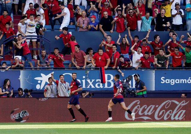 روبرتو توريس لاعب أوساسونا بتسجيل هدفه الأول في مرمى برشلونة