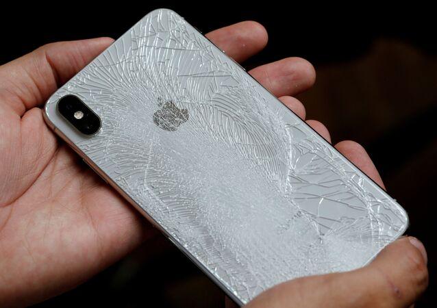 هاتف آيفون التابع لشركة أبل الأمريكية