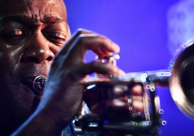 عازف البوق تيد ويلسون من الولايات المتحدة خلال مشاركته في مهرجان الموسيقى الدولي الـ17 في القرم Koktebel Jazz Party