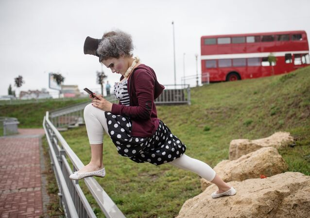ممثلة مسرح سيرك عتيق في عرض لمسارح الشوارع كجزء من منتدى المدن القديمة في ريازان الروسية