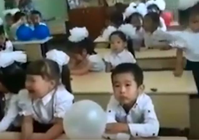 أطفال يبكون في المدرسة