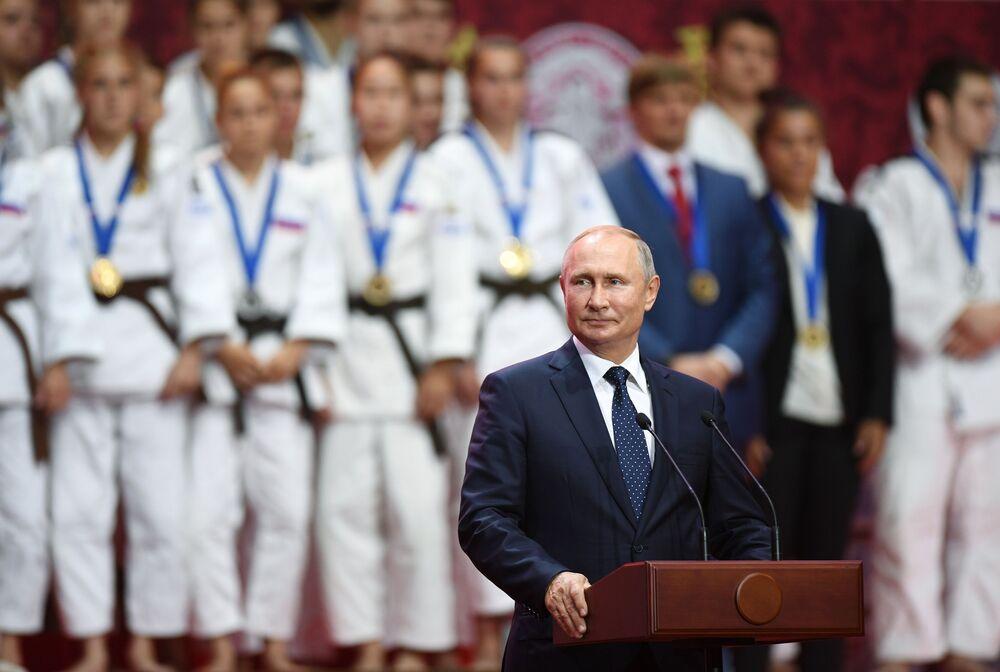 الرئيس الروسي فلاديمير بوتين في حفل توزيع جوائز بطولة الجودو الدولية الثالثة، التي سميت باسم جيغورو كانو، بين الشباب والشابات في إطار المنتدى الاتصادي الشرقي  في فلاديفوستوك الروسية