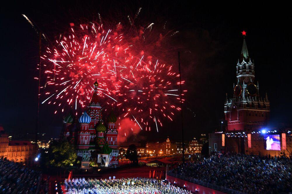 ألعاب نارية بمناسبة اختتام مهرجان سباسكايا باشنيا، مهرجان الموسيقى العسكري في الساحة الحمراء بموسكو