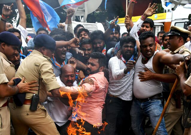 اشتباكات مع الشرطة خلال احتجاجات ضد رئيس الوزراء الهندي ناريندرا مودي   في بنغالور، 4 سبتمبر 2019
