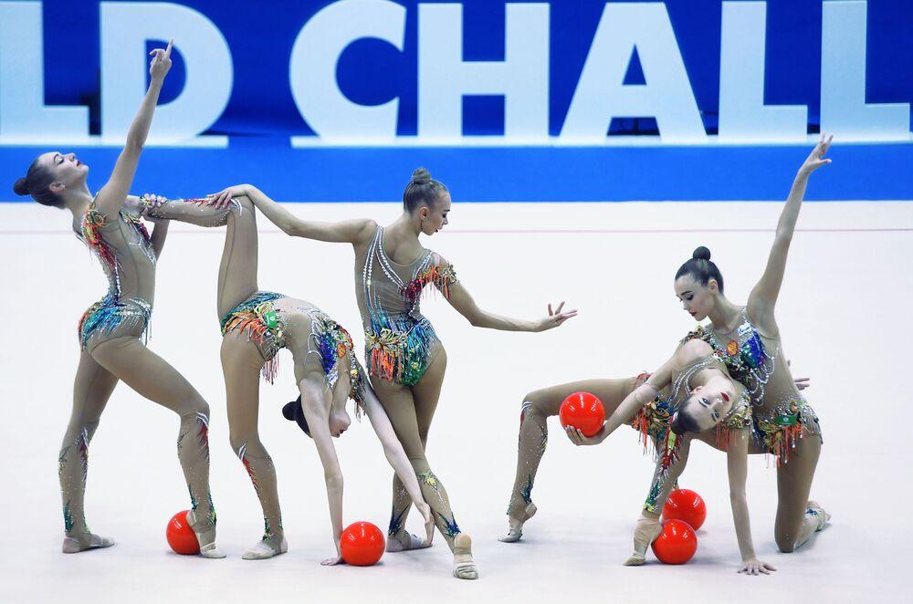 أداء فني للمنتخب الوطني الروسي في نهائي المجموعة مع الكرات في مرحلة بطولة كأس التحدي للجمباز الإيقاعي 2019 في قازان