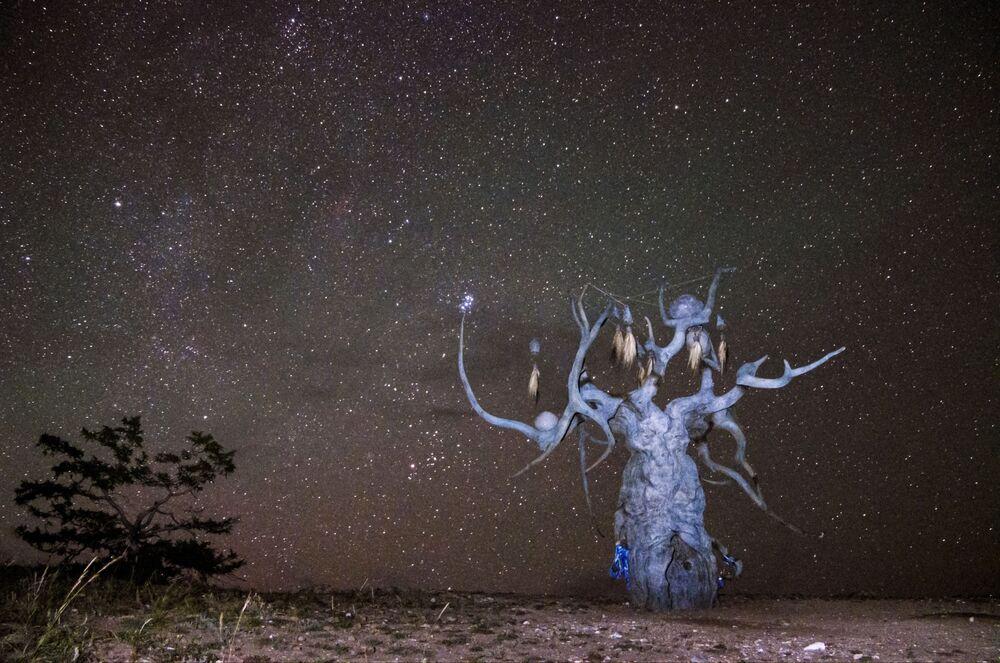 تمثال لداشا نامداكوفا حارس بايكال، المثبت على جزيرة أولخون لبحيرة بايكال في منطقة إيركوتسك الروسية