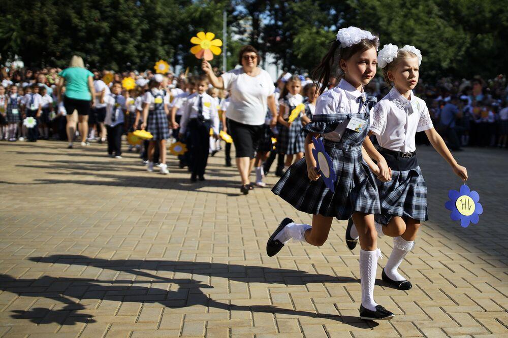 الجرس الأول في اليوم الأول من بدء العام الدراسي الجديد في مدرسة رقم 11 في كراسنودار الروسية