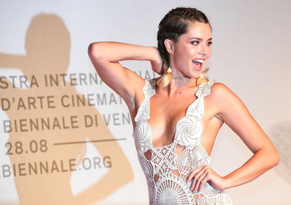 فتاة على السجادة الحمراء في العرض الأول للفيلم الوثائقي كيارا فيراغني غير المنشورة في مهرجان البندقية السينمائي الدولي الـ 76