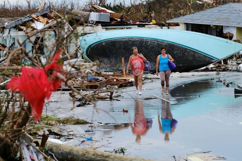 نساء يسرن عبر الأنقاض بعد إعصار دوريان في جزيرة كريت أباكو في مارش هاربر، جزر البهاما 3 سبتمبر 2019