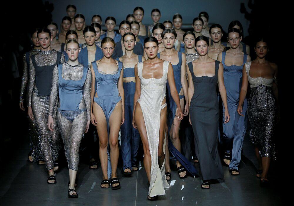 عارضات الأزياء من المصممة إلفيرا حسنوفا في أسبوع الموضة الأوكراني في كييف