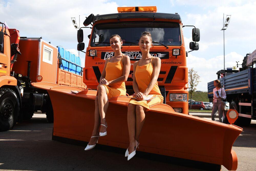 عارضات ترويج لشركة في كاماز في المعرض الدولي للمركبات التجارية Comtrans 2019 في موسكو.
