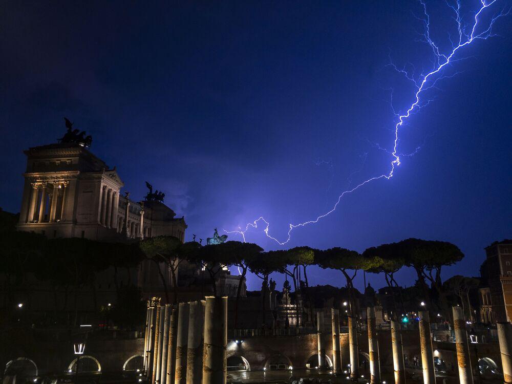 البرق فوق نصب فيتوريو إيمانويل الثاني في روما، 2 سبتمبر 2019