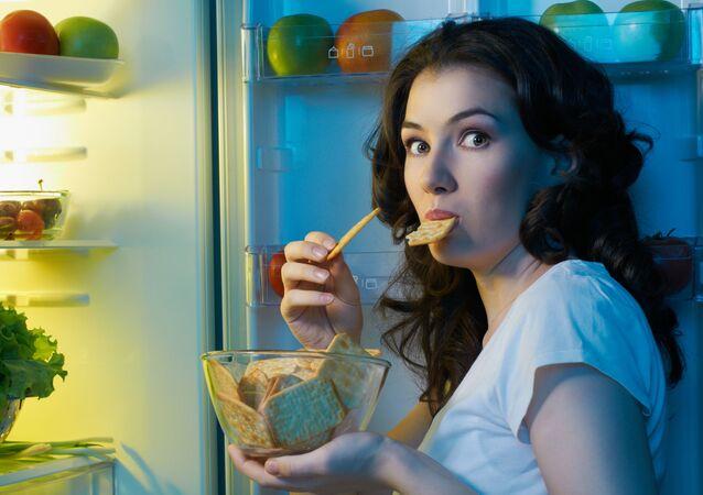 امرأة جائعة قرب الثلاجة