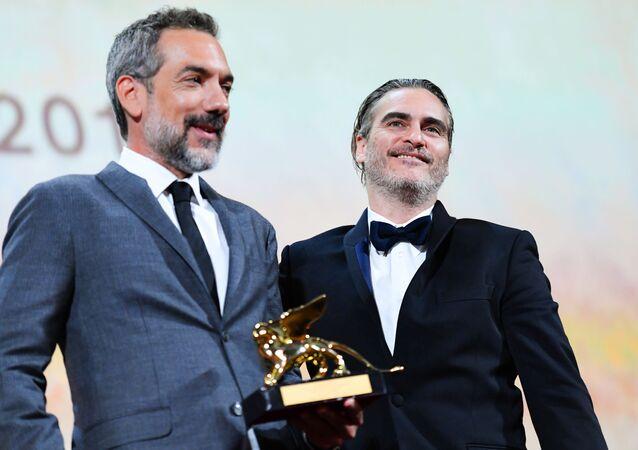 الممثل واكين فينيكس مع المخرج تود فيليبس بعد فوز فيلمهما الجوكر بجائزة الأسد الذهبي في مهرجان فينيسيا السينمائي الدولي الـ76، 7 سبتمبر/أيلول 2019