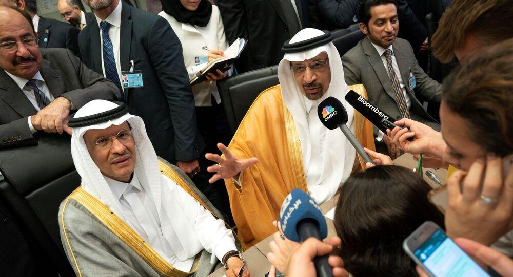 الأمير عبد العزيز بن سلمان وزير الطاقة الجديد وخالد الفالح الوزير السابق