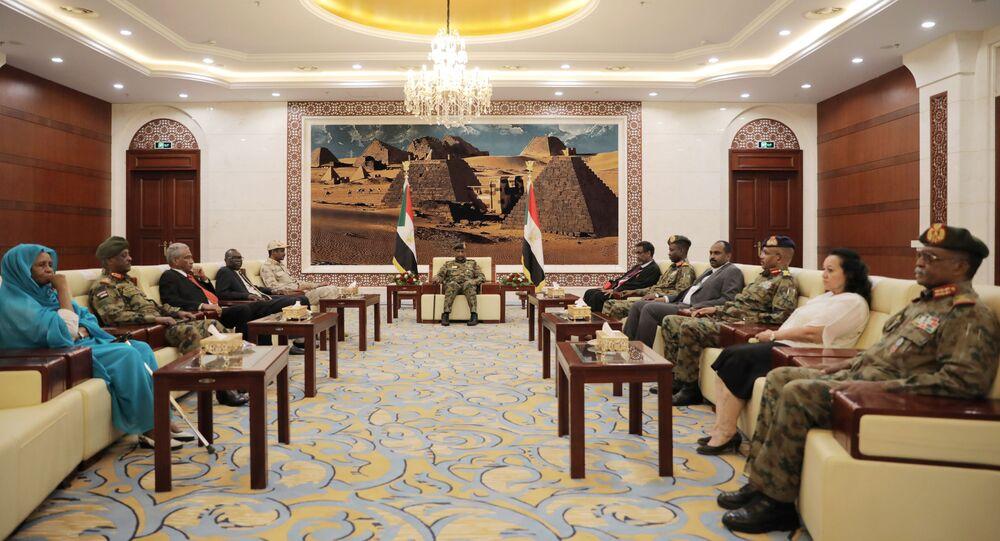 رئيس مجلس السيادة السوداني الفريق أول عبد الفتاح البرهان في أول اجتماع مع الأعضاء