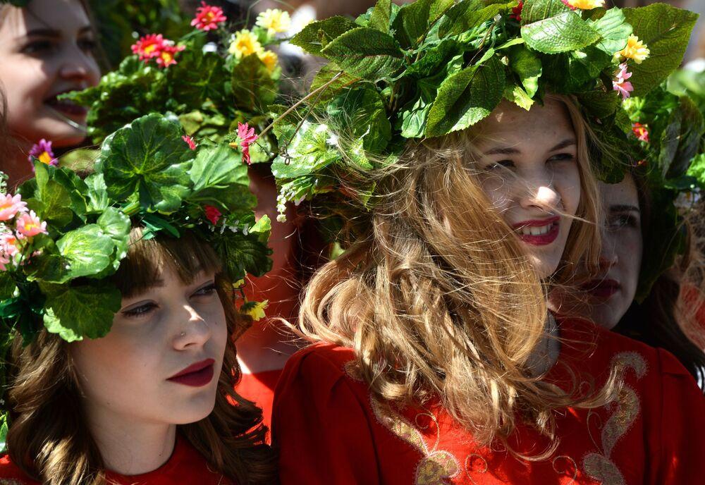 مشاركات في المسيرة الاحتفالية لليوم الثقافيالكتابة السلافية في نوفوسيبيرسك الروسية