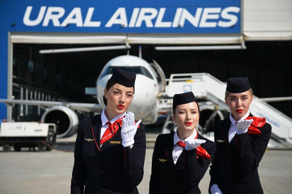 مضيفات طيران عند تقديم طائرة جديدة في مطار كولتسوفو في يكاترينبورغ