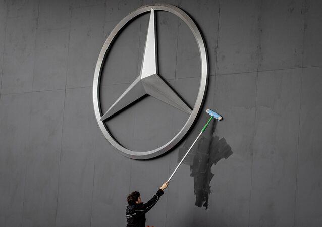 موظف ينظف شعار مرسيدس في المعرض الدولي  للسيارات في فرانكفورت، ألمانيا 10 سبتمبر 2019