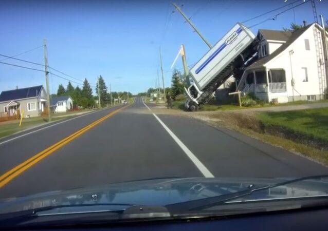 مشهد مذهل... شاحنة ضخمة تقفز فوق سطح منزل