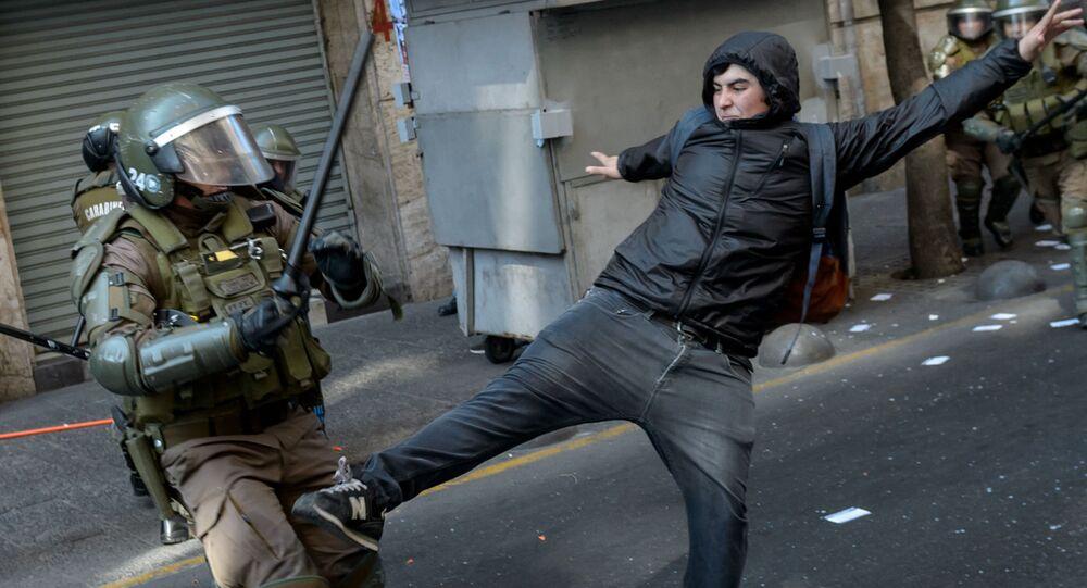 اشتباكات بين المتظاهرين والشرطة خلال تجمع حاشد للاحتفال بالذكرى السنوية الـ 46 للانقلاب العسكري بقيادة الجنرال أوغستو بينوشيه، تشيلي 8 سبتمبر 2019
