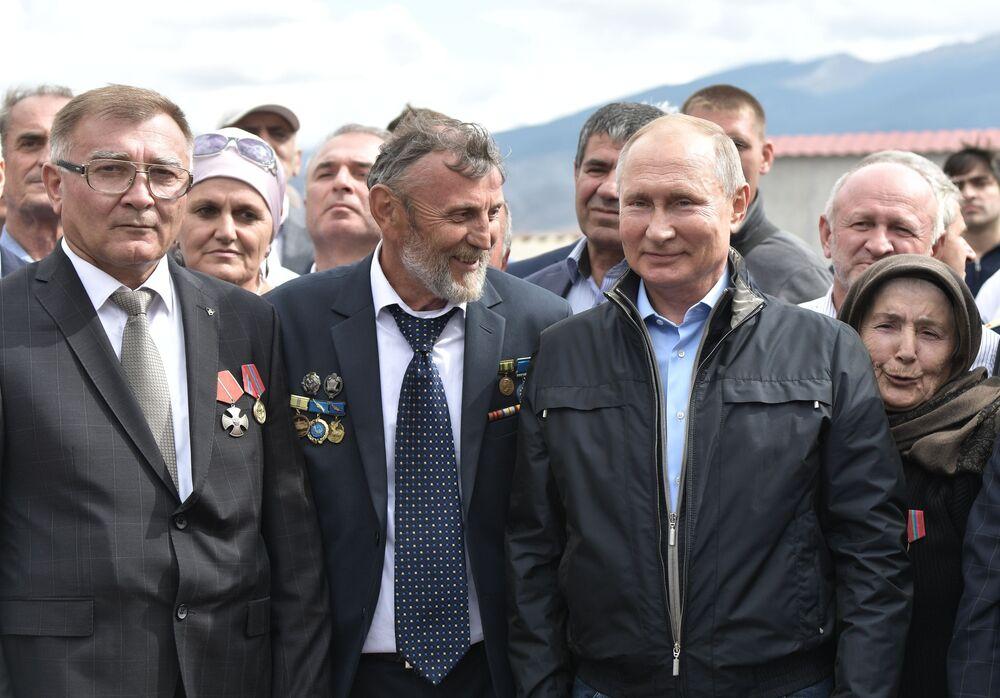 الرئيس الروسي فلاديمير بوتين يتحدث مع السكان المحليين قبل وضع أكاليل الزهور على النصب التذكاري للمشاركين في الحرب الوطنية العظمى والحروب المحلية والمقاتلين المشاركين في العمليات العسكرية في داغستان في عام 1999. (الصورة: 12 سبتمبر 2019)