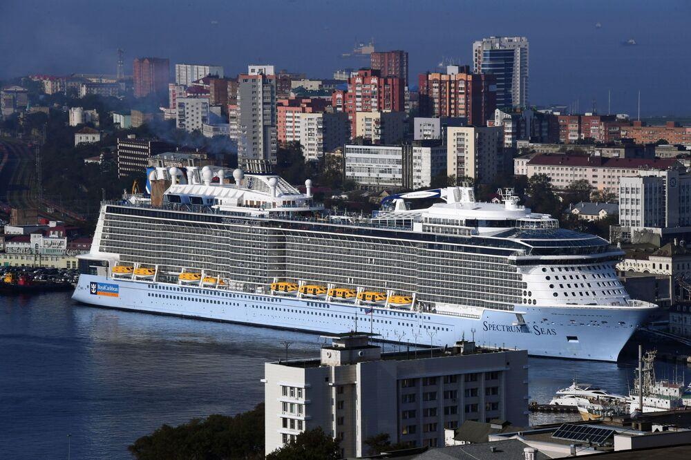 وصول السفينة السياحية سبيكترام أو ذا سيز (Spectrum of the Seas) إلى ميناء فلاديفوستوك، التي تقوم برحلات سياحية من اليابان