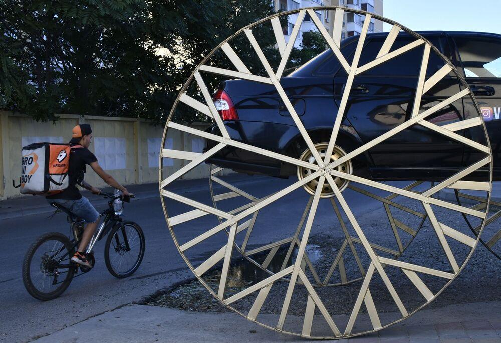 سيارة لادا بيرورا بعجلات عملاقة، تمثال في إحدى شوارع مدينة كراسنودار الروسية
