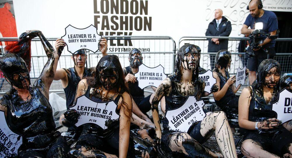 محتجين لأسبوع الموضة في لندن