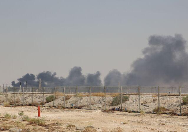 دخان صادر من الحقل النفطي بقيق في السعودية