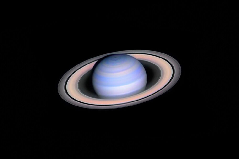 صورة زحل تحت الأشعة الحمراء (Infrared Saturn) للمصور الهنغاري لازلو فرانشيكس، المركز الأول في فئة التصوير المنظار الآلي (ROBOTIC SCOPE)