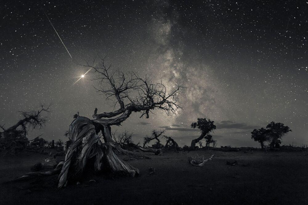 صورة بعنوان عبر سماء التاريخ (Across the Sky of History)، للمصور الصيني وانغ جينغ، الحائز على جائزة المركز الأول في فئة التصوير أعالي السماء (SKYSCAPES )