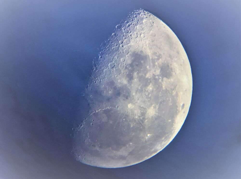 صورة فان إيك موون ( Van Eyck's Moon) للمصور البريطاني كاسبر كنتيش، البالغ من العمر 9 سنوات، الحائز على تقدير في فئة المصور الفلكي اليافع لهذا العام (YOUNG ASTRONOMY PHOTOGRAPHER OF THE YEAR)