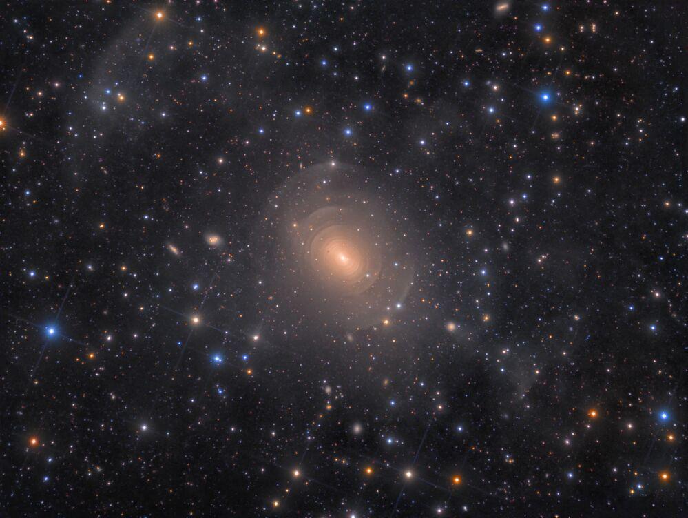 صورة بعنوان المجرة الأهليجية (Shells of Elliptical Galaxy NGC 3923 in Hydra)، للمصور الدنماركي رولف واهل أولسن في فئة المجرات (GALAXIES)