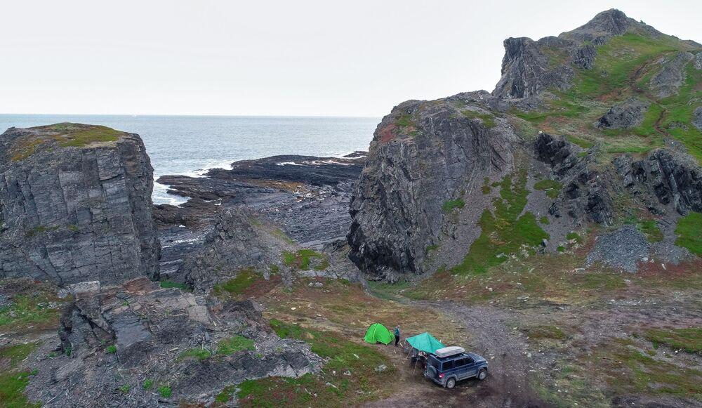 مخيم للسياح بالقرب من رأس كيكورسكي على شبه جزيرة ريباتشي في منطقة مورمانسك الروسية