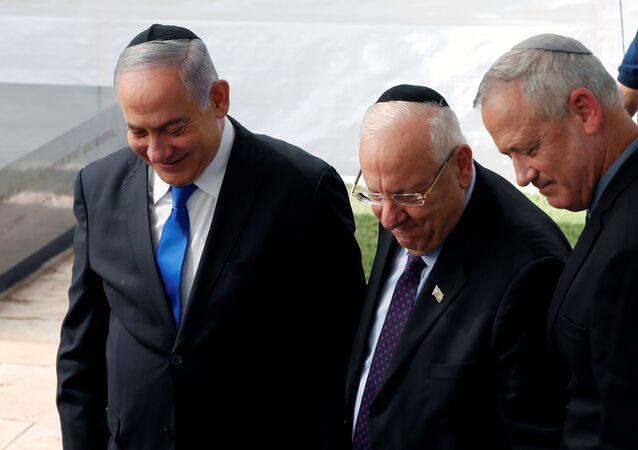 رئيس الوزراء الإسرائيلي المنتهية ولايته بنيامين نتنياهو مع الرئيس الإسرائيلي ريئوفين ريفلين ورئيس حزب أزرق أبيض بيني غانتس