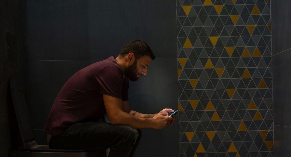 استخدام الهاتف الذكي في المرحاض