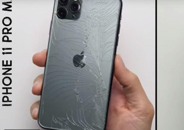 اختبار سقوط بين هاتفي آيفون 11 برو ماكس وسامسونغ غلاكسي نوت 10 بلس