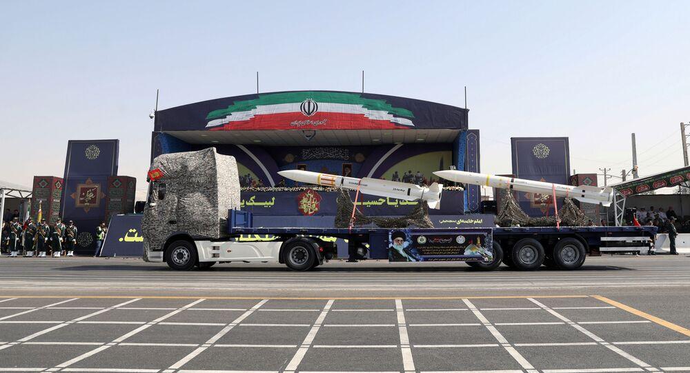صاروخ إيراني جديد أثناء عرض عكسري لقوات الحرس الثوري الإيراني في طهران