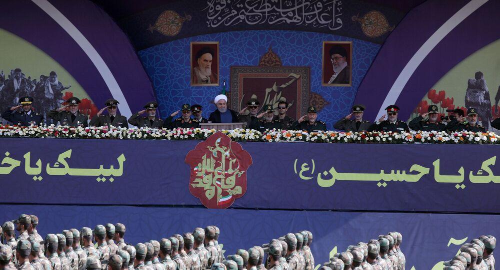 الرئيس الإيراني حسن روحاني في كلمة له أما قوات الحرس الثوري أثناء الاحتفال بذكرى الحرب الإيرانية العراقية