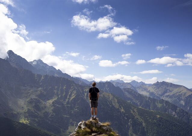 رجل يقف على قمة جبل
